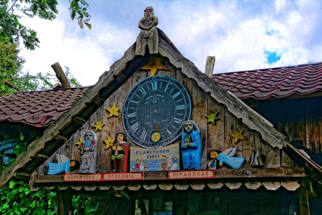 Zegar w ogródku p. Chełmowskiej chata kaszubska