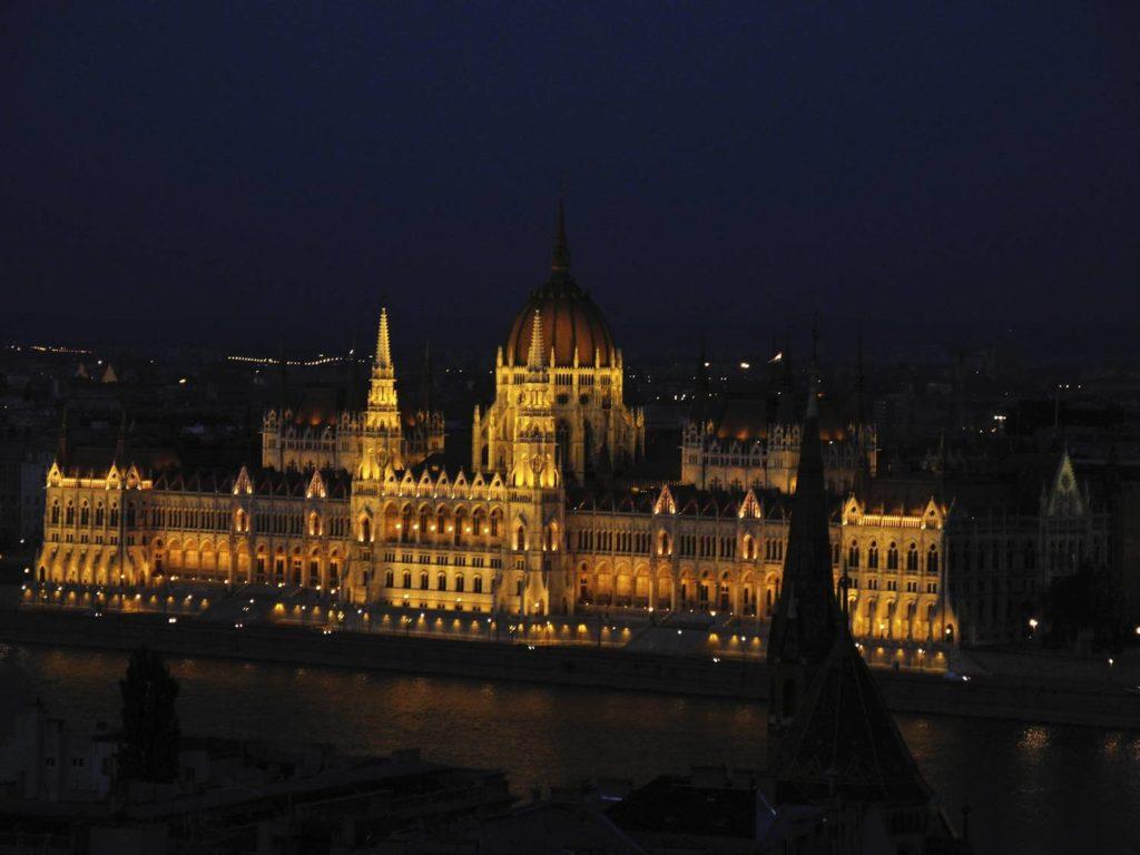 Parlament w budapeszcie przewodnik zwiedzanie co zobaczyc w budapeszcie budapeszt noca