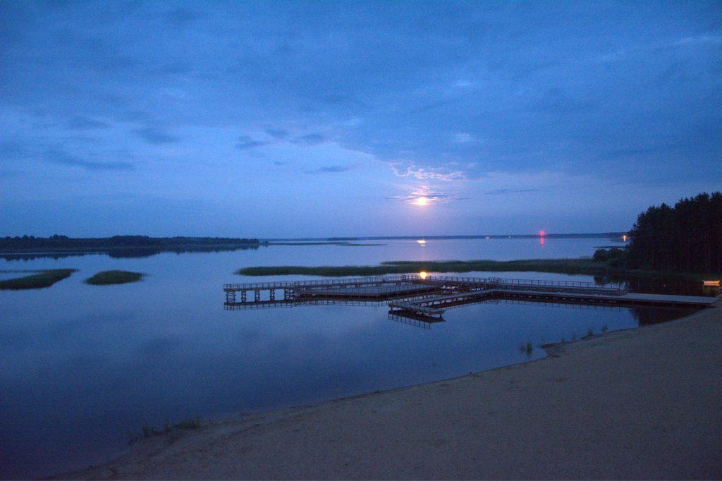 zalew siemianowka jezioro nocą księzyc w wodzie spanie na dziko