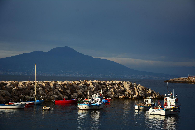 Wezuwiusz widok z Sorrento port włoski