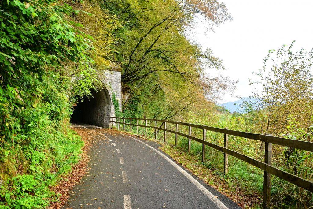 alpy tunel na sciezce dla rowerow