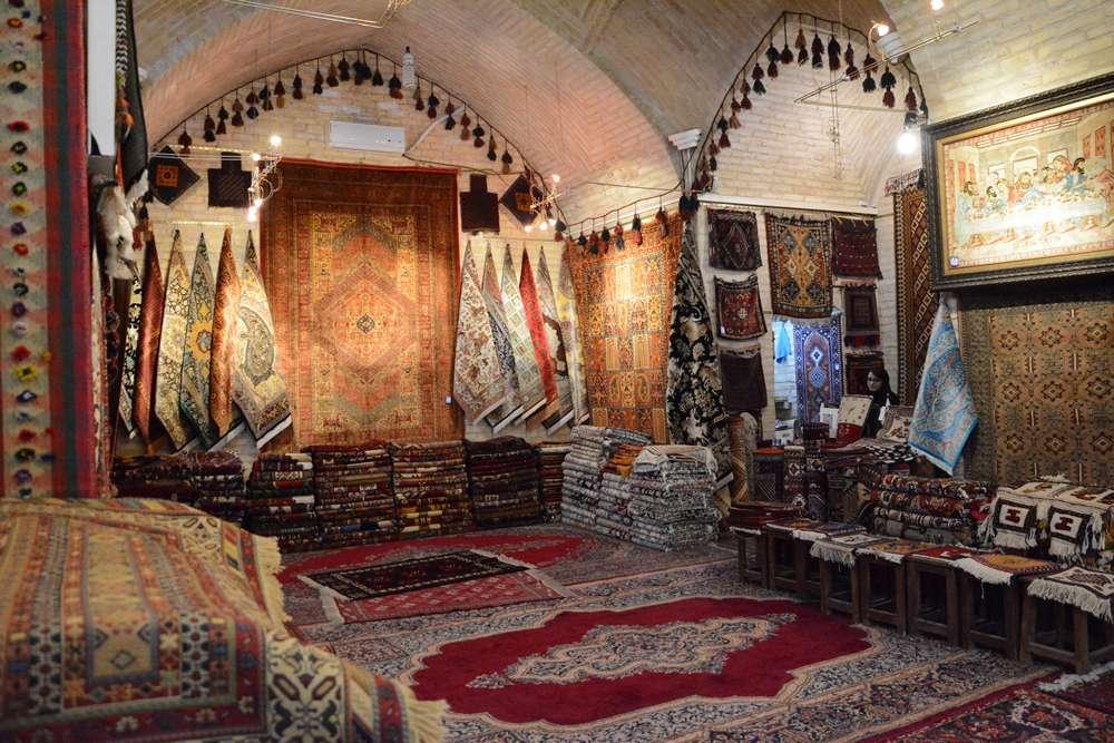 Iranskie dywany w sklepie w isfahan