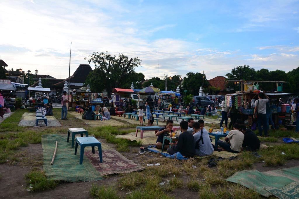 alun alun yogyakarta ludzie bawia sie na trawiastym placu