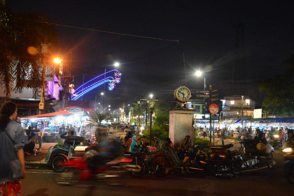 malioboro yogyakarta nocą azjatyckie miasto nocą