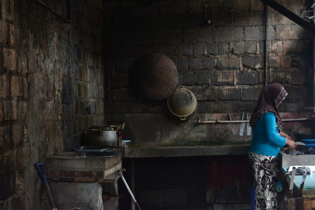 targ rybny depok yogyakarta ciemna kuchnia kobieta pracuje