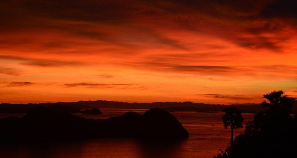 wyspy komodo widok z labuanbajo o zachodzie słońca czerwony zachód