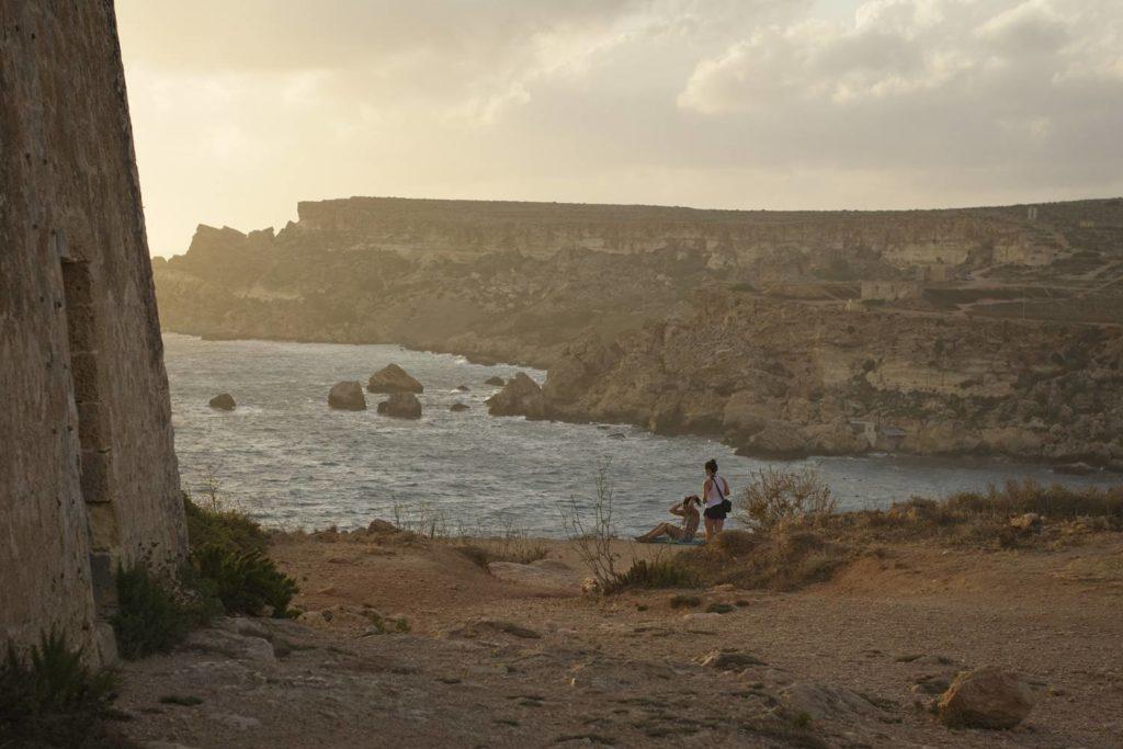 klify plaza tiffieha malta zachod slonca wakacje na malcie