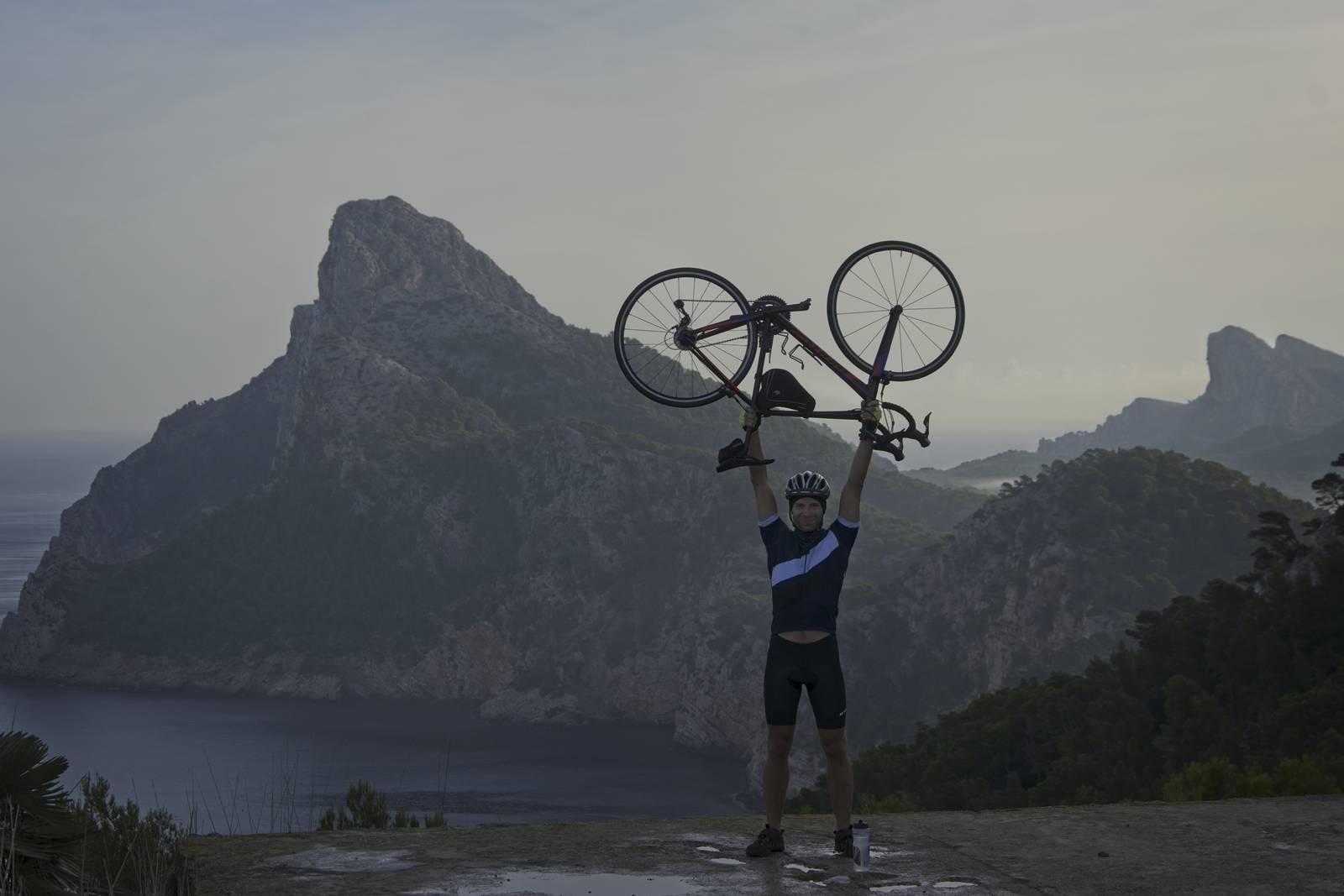 majorka z rowerem formentor z rowerem wycieczka rowerowa na formentor