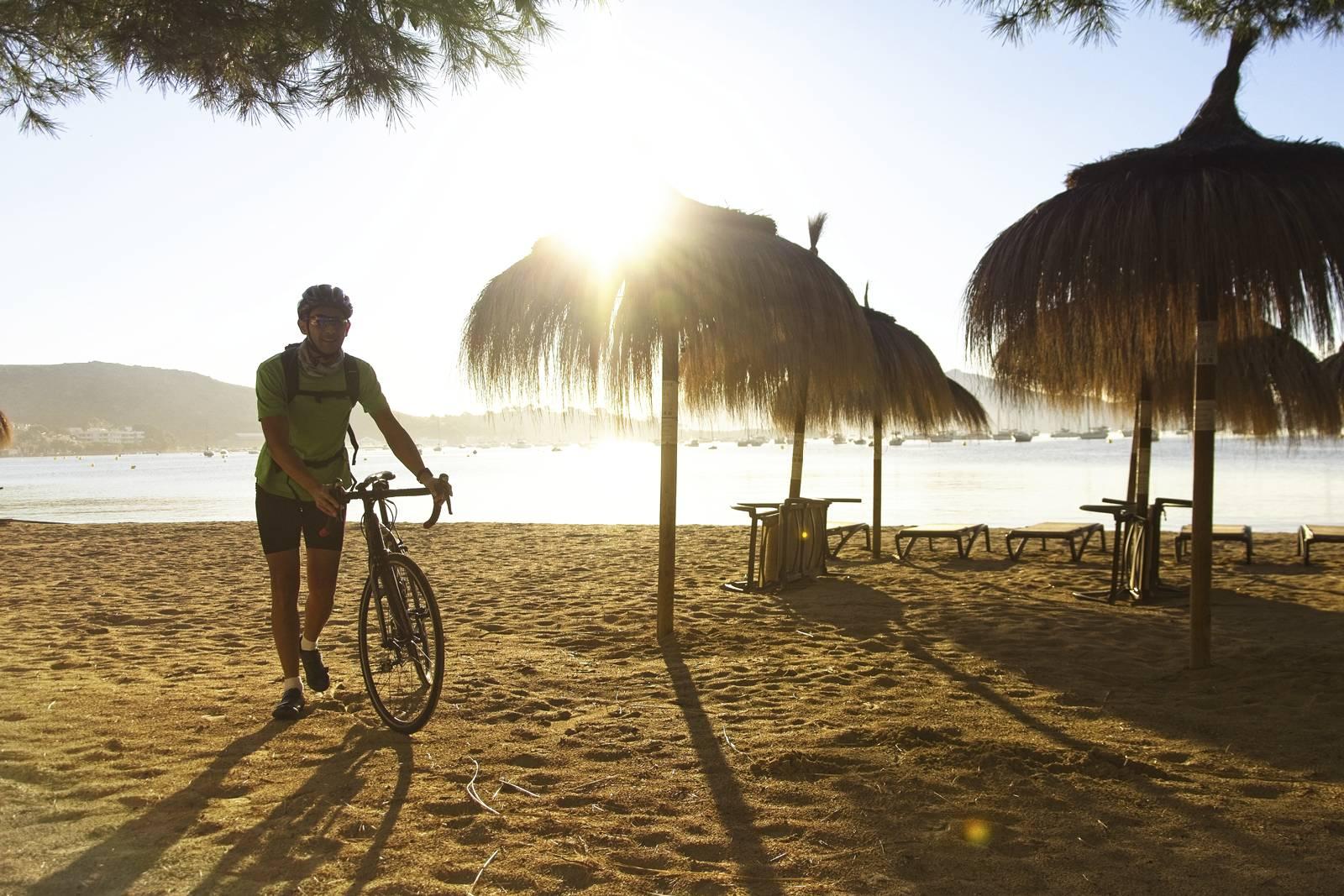 rower na plazy majorka z rowerem rower szosowy majorka