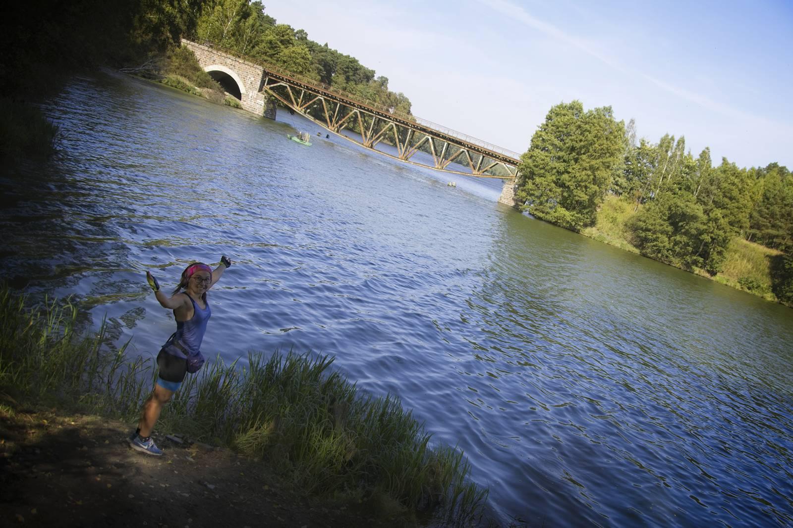 pętla wokół jeziora koronowskiego kladka dla pieszych po starym moscie waskotorowym