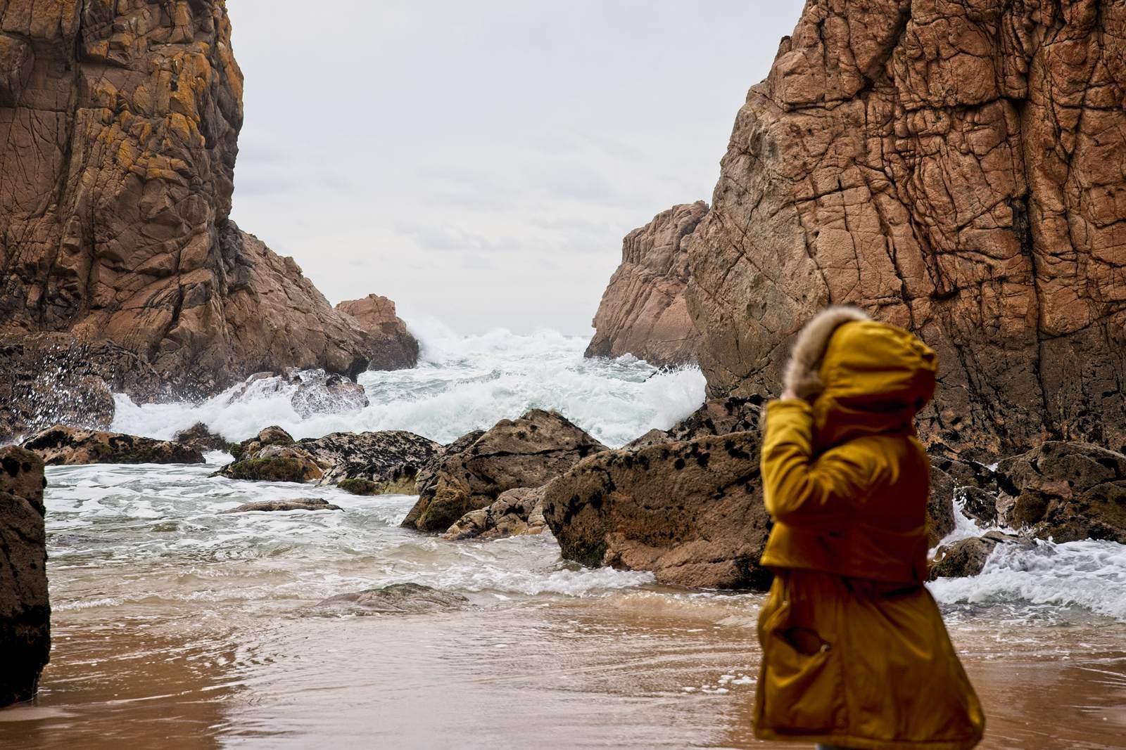 portugalia zima portugalia poza sezonem na plazy zima wysokie fale plaze obok lizbony