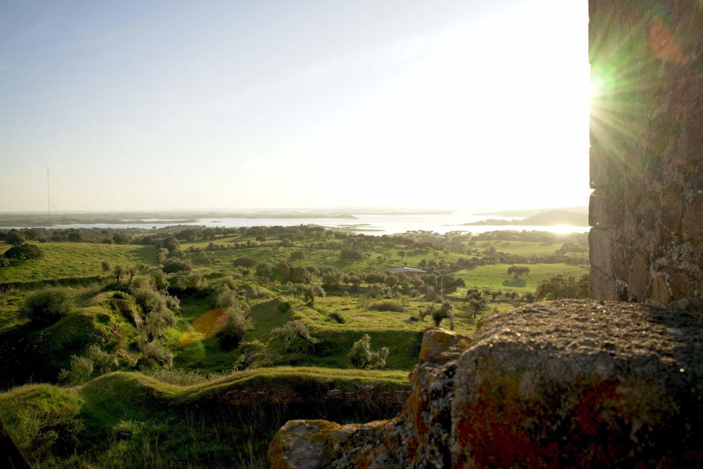 zamek morao widok z murów alqueva co zobaczyc w monsaraz jezioro w portugalii