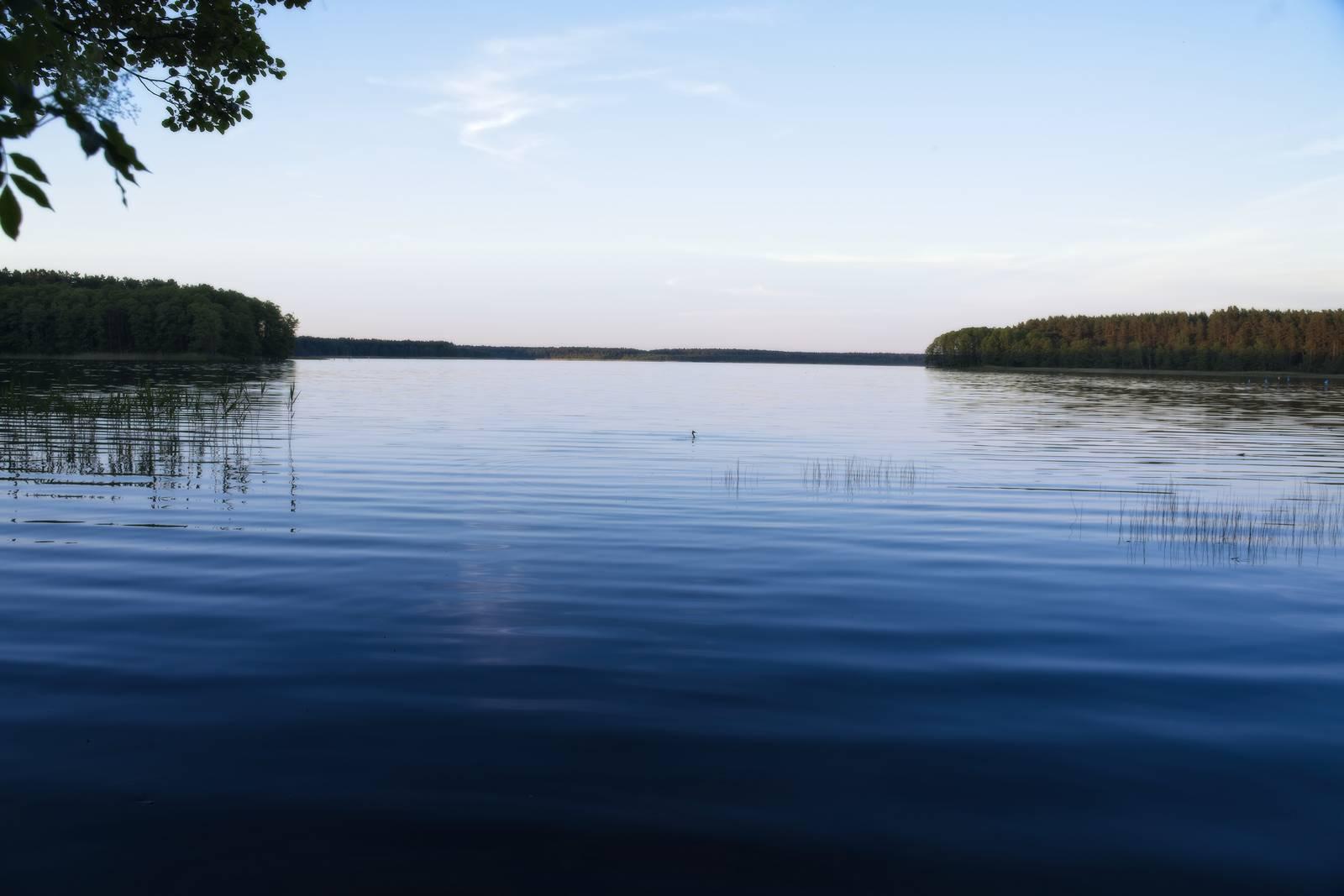 jezioro nidzkie wieczorem