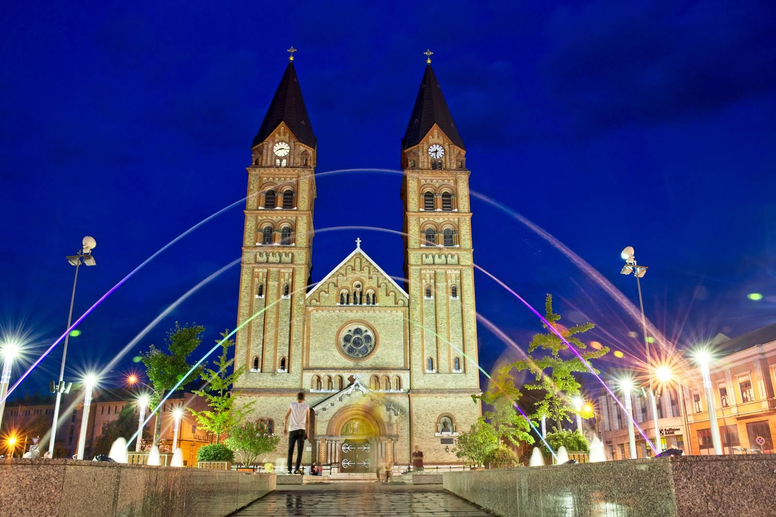 nyiregyhaza nocą kosciol z fontannami atrakcje turystyczne nyiregyhaza noclegi na węgrzech