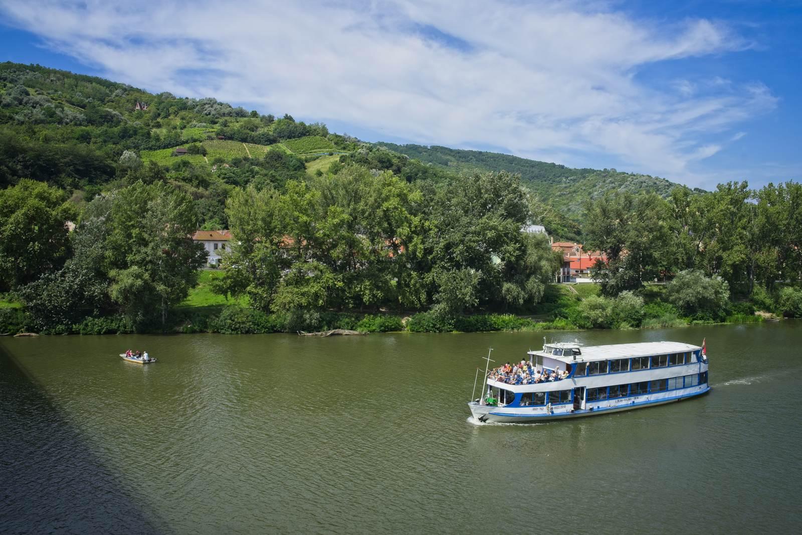 tokaj rzeka tisza prom na rzece atrakcje turystyczne tokaj węgry