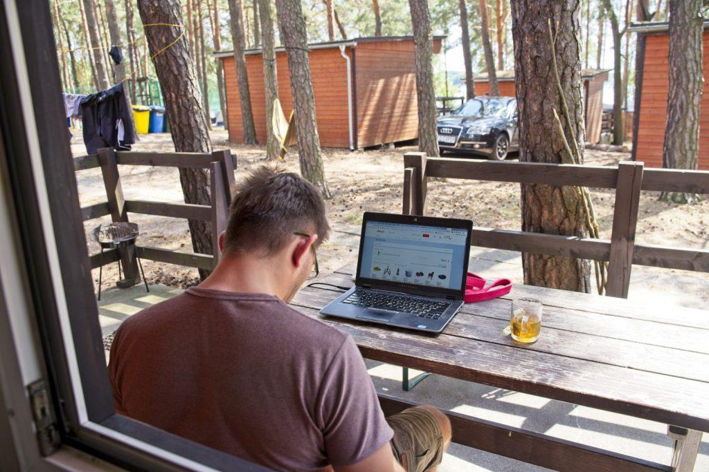 praca zdalna na wyjezdzie praca zdalna na wakacjach internet