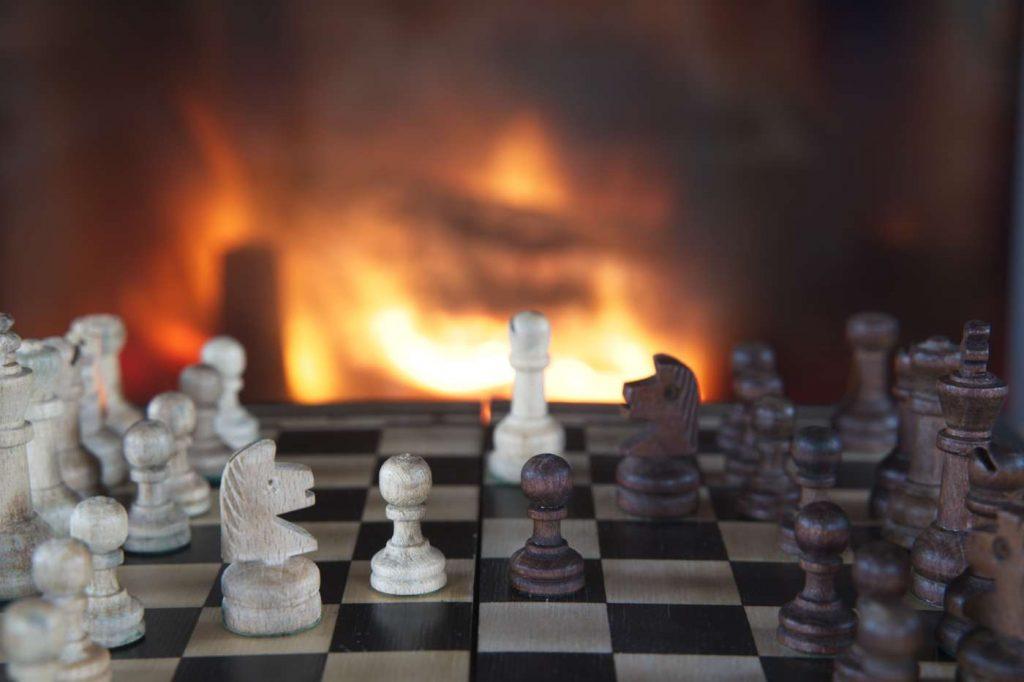 domek w lesie blisko warszawy puszcza biała szachy przy kominku domek z kominkiem